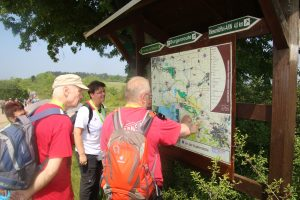 Die Wanderer an der Burgenland-Tafel
