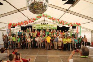 Die begehrten Wanderwimpel werden an die teilnehmenden Vereine überreicht.